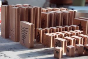 Frisch bedruckte Holzklötzchen stehen bereit zur Montage