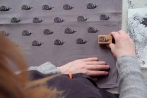 Schneckenrapport auf Textil
