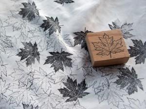 Blätter auf Textil